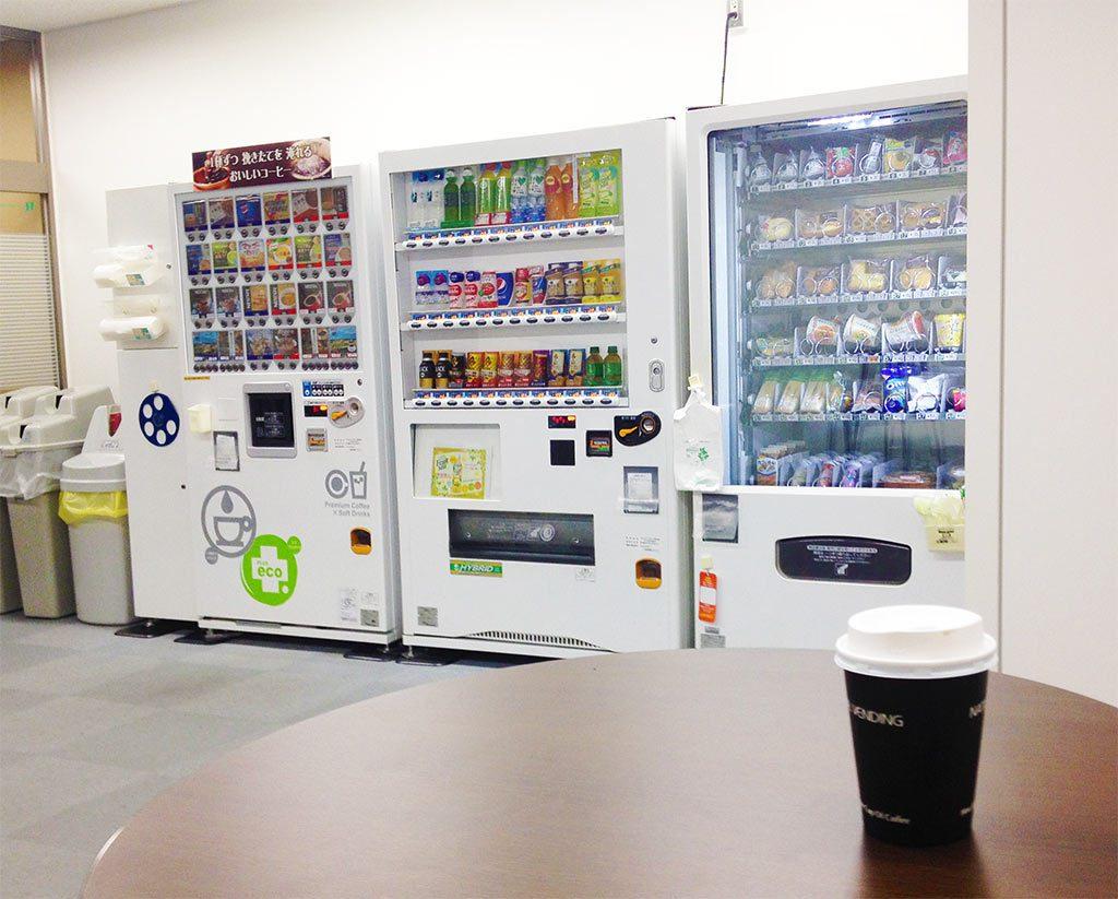 軽食の自販機を備えた休憩室もあります