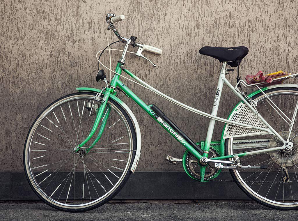 探偵が自転車で尾行調査